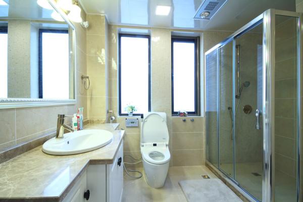 卫生间的设计呈现出浓厚的现代风,大理石墙体,对称窗户,白色家具,总体看上去卫浴干净整洁;