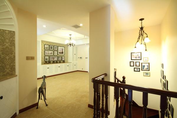 餐厅和客厅的公共空间部分设置转角楼梯,从侧面看去,宛若置身在欧洲中世纪文艺复兴时期的书香长廊,有设计特色的灯饰和墙面挂着的壁画,形成一种空间文化符号,呈现独特的文化特色;