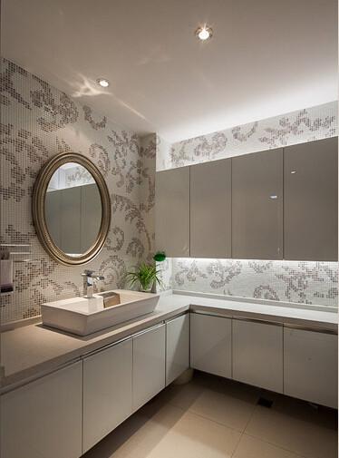 墙壁以白底灰叶的马赛克瓷砖拼贴,素雅的色彩让卫生间也显出不一般的时尚来
