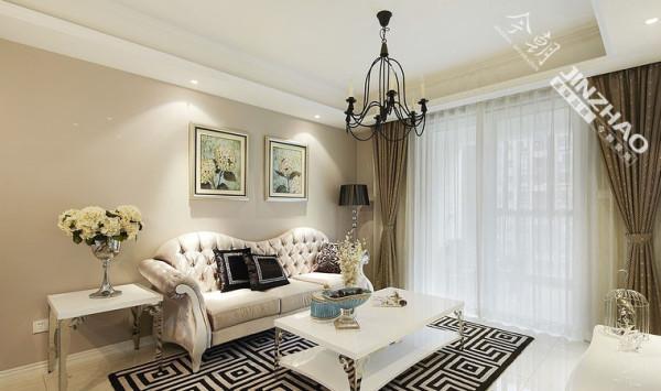 沙发背景墙没有太多装饰,两幅装饰画比较适合白色的家具,再加上深色的地毯,使整个客厅层次感十足。