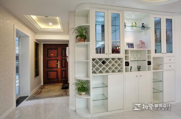 欧式复古门窗是简欧装修中常用的材质,其色彩有浓厚的欧式情调。主人搭配线条简约的地毯,在白色的背景墙衬托下显得十分雅致和小资.白色木质方格家居的装扮,显示出主人的精心;
