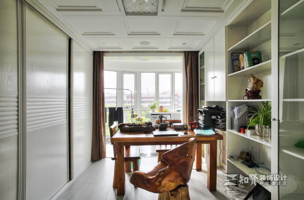 空间从客厅延伸,书房和卧室想对,书房家居采用雕艺实木家居,灵动创意。主人的桌子上面摆放整齐的是一整套茶具,闲暇之余,书房便成了最好的私人独立空间。