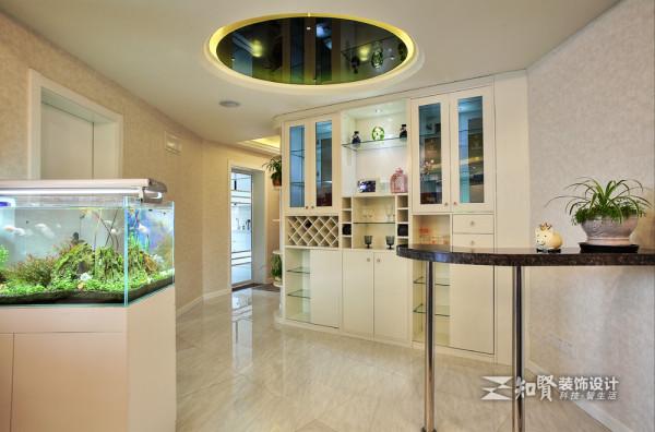 回廊式的房屋结构使人对空间多了想象,还给人带来梦幻浪漫的感觉;主人在此处设置圆形的大理石桌椅和有氧鱼缸,使得空间具有生机和活力,顶部圆形吊灯的设置更增加了空间的设计感;