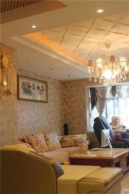 如果说古典欧式风格线条复杂,色彩低沉,而简欧风格则在古典欧式风格的基础上,以简约的线条代替复杂的花纹,采用更为明快清新的颜色,既保留了古典欧式的典雅与豪华,又更适应现代生活的休闲与舒适。