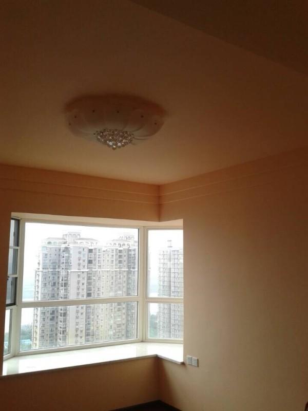 卧室的乳胶漆颜色和客厅有区别,客户选择了杏色,色调温暖。