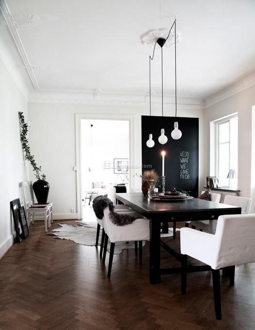 仅刷黑一面墙,搭配黑色大餐桌,深邃有质感。角落里看似不经意摆放的小桌与植物,充满生活趣味。