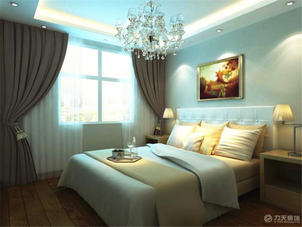 卧室里面也是回字形灯带吊顶,墙面乳胶漆和客餐厅一样,也是咖色的,床用了浅一点的颜色,与墙面形成了鲜明的对比。