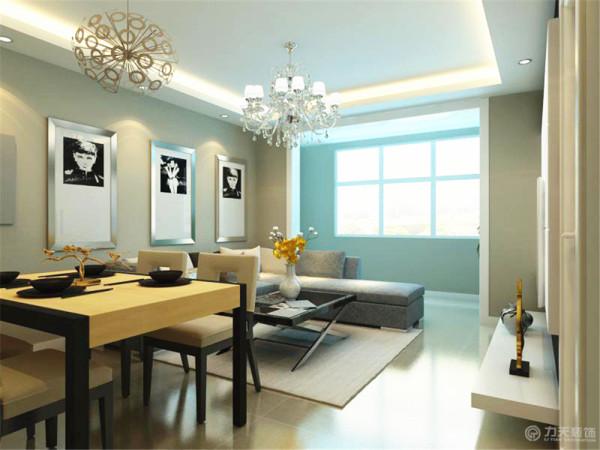 沙发背景墙挂了三幅富有现代气息的装饰画,餐厅的餐桌是原木色与黑色的结合。