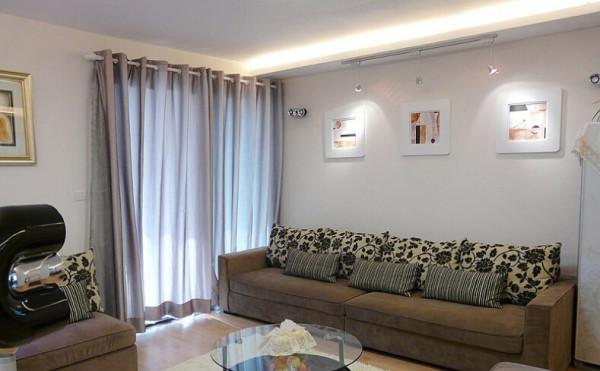 客厅内的布艺沙发组合来一张特写
