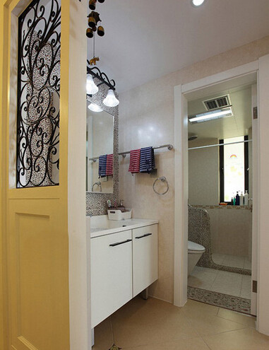 卫生间干区,浴柜比较简单,简约白大气