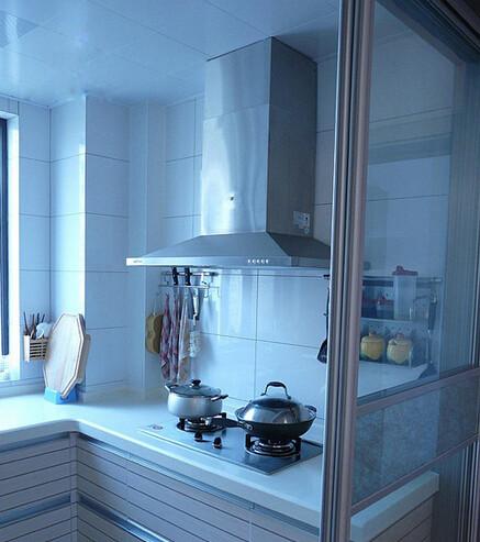 厨房面积也很小,看油烟机这里,橱柜是做的U型