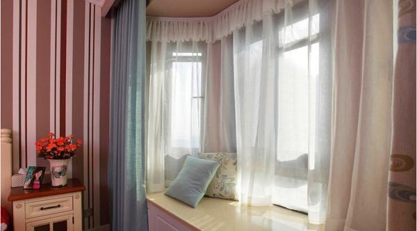 卧室的窗帘用了蓝色的,窗纱当然首选就是白色的,蓝白搭优雅随即而出