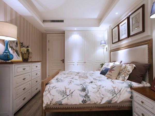 在卧室的设计上,尽量以实用为主。没有华丽的装饰,床头和床尾都采用白色的柜子作为装饰。既美观又很实用。