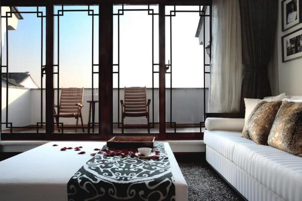 阳台放两张躺椅,可远眺可休憩。