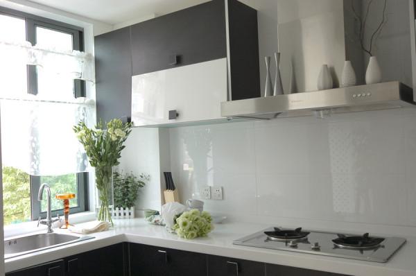 炎炎的夏日,热气和油烟让我们变得毫无心情下厨,但是设计师将白色与黑色搭配在一起,让整个厨房看起来清凉了许多!