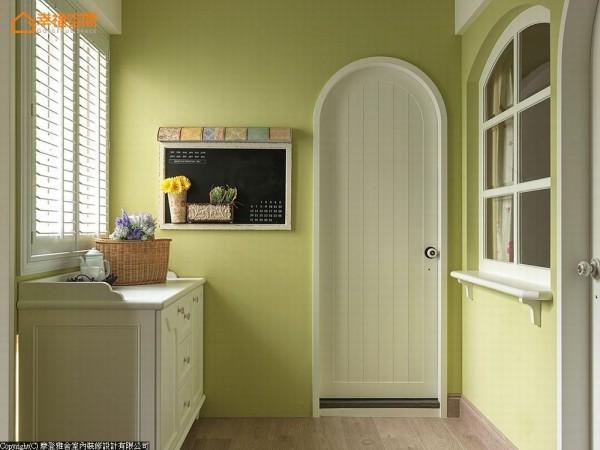 设计师贴心安排茶水柜的配置,方便生活起居使用。