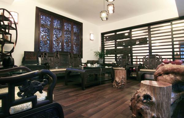 """茶室采用中式的设计融合了庄重与优雅双重气质,其中布置按典型的中式对称布局。用中""""博古架""""进行间隔。"""