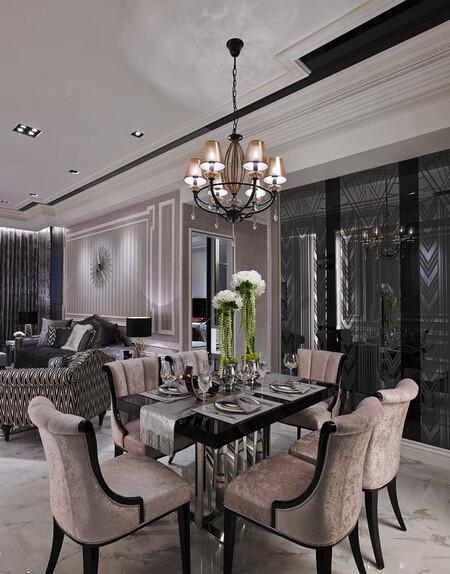 图腾茶镜映照出餐厅的另一面墙,隐约能看见与沙发背墙造型相同的墙面,透过有趣的反射让墙面在公领域中取得丰富华丽的一致性。
