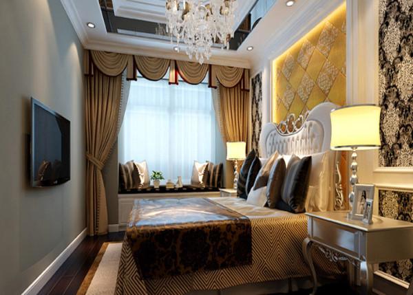 顶面造型配上华丽的水晶灯,床头造型使用香槟金色的软包,优雅、高贵、唯美,平和而富有内涵的气韵,描绘出居室主人的高雅、贵族之身份。