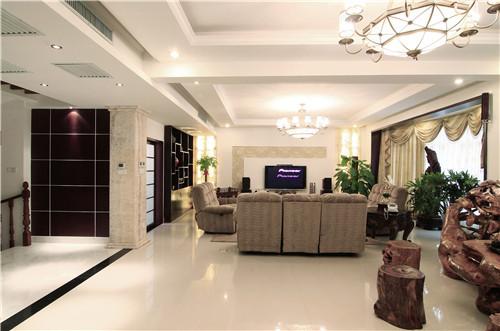 客厅是主人品味的象征,体现了主人品格,地位。客厅在细部处理上,多采用曲线造型。客厅的电视背景墙,曲线中透露着欧式的典雅与豪华,又更适应现代生活的休闲与舒适。
