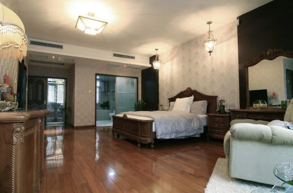 卧室的设计上以欧式风格为主。灯饰设计选择具有西方风情的造型,比如壁灯,在整体明快、简约、单纯的房屋空间里,传承着西方文化底蕴的壁灯静静泛着影影绰绰的灯光,朦胧、浪漫之感油然而生。