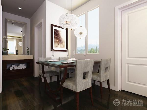 在家具方面,家具采用的大多是现代家居,其中又掺杂了一些欧式元素,使得整个空间更加有时尚感。此外,从色彩方面分析,采用了一些鲜艳的紫色作为点缀,使得整个空间更有生气,亮丽。