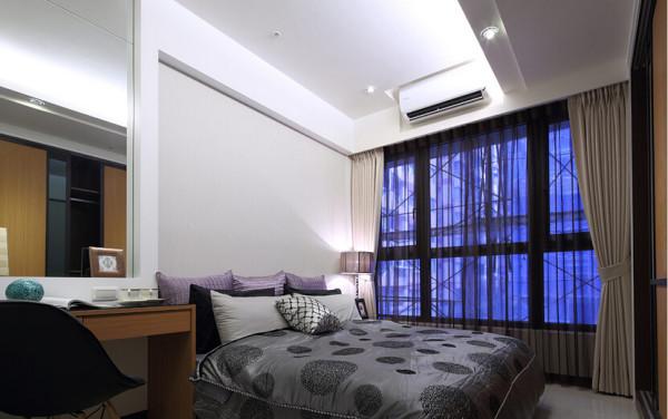 大面积的明镜,让房内的阅读桌也能视需求转作梳妆台使用。