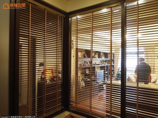 半玻璃隔间让光线得以顺利延伸,同时再以百叶帘兼顾房内隐私。