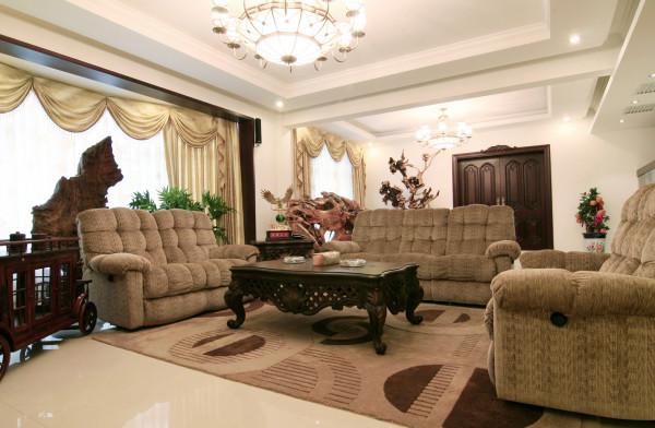 布艺沙发组合有着丝绒的质感以及流畅的木质曲线,将传统欧式家居的奢华与现代家居的实用性完美地结合。地板采用石材进行铺设,这样显得大气。设计在追求深沉里显露尊贵、典雅中浸透豪华的设计表现。