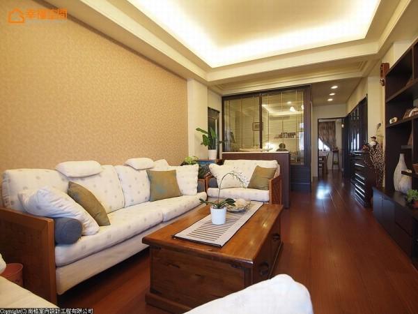 木头家具搭配布质沙发椅垫,一回到家就像在南洋小岛度假。