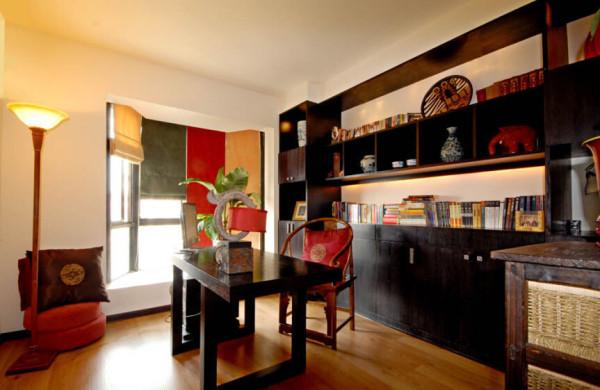 中式家的书房一定要古香古色,呼吸着文化的味道,让人的情绪渐趋平缓。