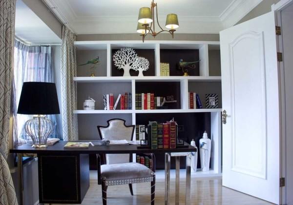 书房:除了实用外,我们还将会客的功能整合到空间里,宝格丽大理石运以双层线性勾勒壁炉意象,抽象暖度点缀空间温馨质感。硕大的书柜占据了空间的一角,不规则的设计彰显了美式风格的不羁和自由。