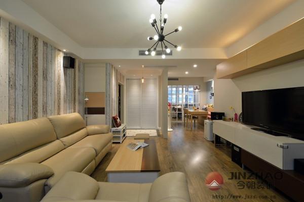 带有树皮肌理的墙纸从玄关一路延伸到客厅,带来属于森林的自然气息,大气又舒适的纯皮沙发透露主人懂得享受的性格。电视柜、橱柜茶几和小家具都选用黄+白为主色,优雅清淡,属于百看不腻的色系,