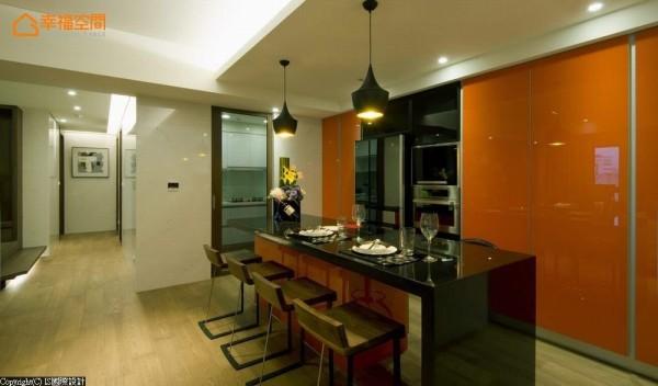 将热炒区的油烟阻隔在厨房段落,热情奔放的亮橘色调让中岛吧台成为空间亮点,大面积的立面除规划机柜与收纳外,更利用假门扇藏起笨重的柱体。
