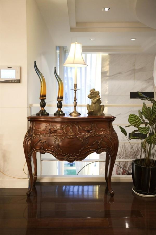 楼梯走廊:这尊桌案空运自加拿大,质朴的色泽与用材压下了雕工的繁复,不张扬,但隽永。桌案由来已久,是业主早年在国外的生活用具,听说它本身是一件非常有年代的家具。