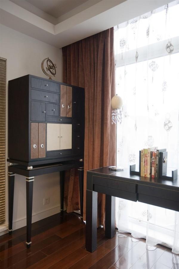 """公用起居室:专门定制的东方韵味的书桌和储物柜,因色块错落的设计而避免了沉闷。仔细看去,家具的款型既不是典型中式,又不像欧式或现代,但整体感觉很雅致,不动声色的装饰感就是我们想要的效果。"""""""