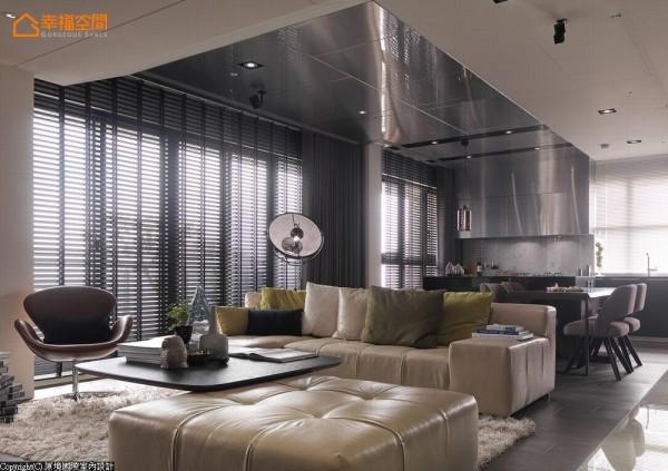 厨房延伸至沙发上方的大片不锈钢面,以另类的光影折射效果创造空间立体感。