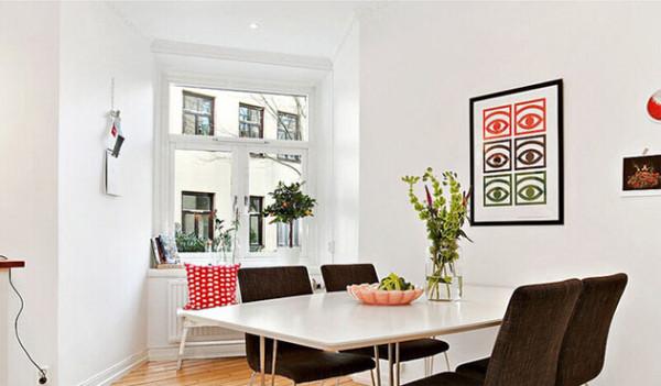 将阳台改造为餐厅的一角,放些绿植再配上设计感十足的海报,这就是都市白领的品质小家。浴室的设计充分的利用了有限的空间。