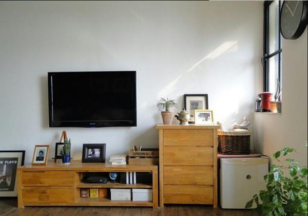 电视背景墙对于业主来说,并没有花费太多的心思在设计上面,简单的电视柜摆设,饰品的随意摆放,就给了电视背景墙简单却又和整个风格统一、协调的特性。