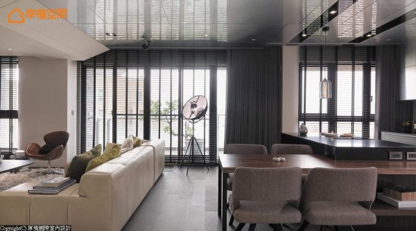 百叶及窗帘皆以电动方式调整,创造自由便利的光源调节机能。