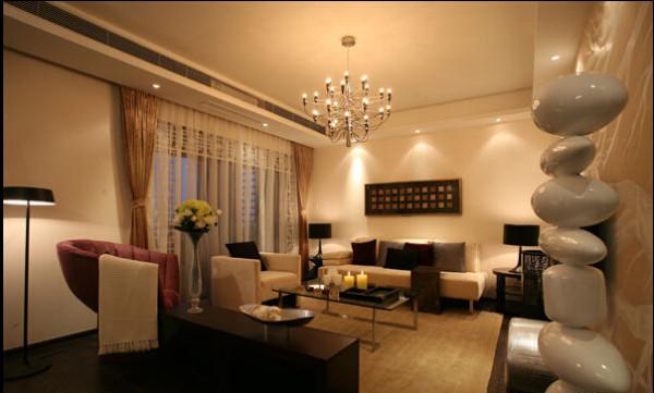 这个客厅里的配饰很多,植物、石头造型,连落地灯都是很有个性的。