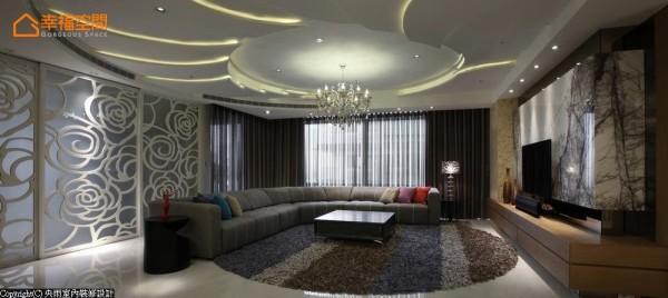 以花卉绽放的线条意象表现客厅的奢华气度,可见于天花板的圆弧造型,与活动隔间的玫瑰图腾。