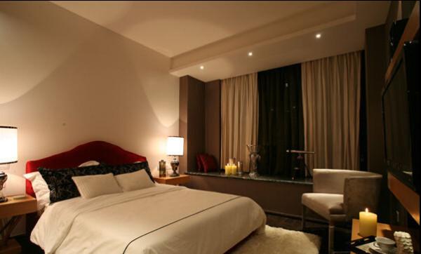 卧室的家具摆设更是简单明了,在灯光和配饰的装饰下温馨的气氛浓郁。
