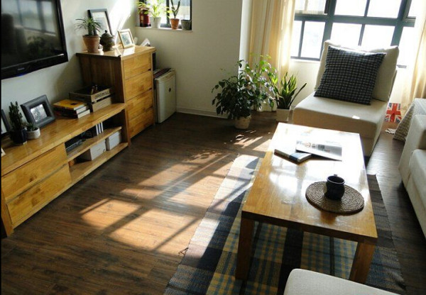 配上一个小的方形地毯,是否会让客厅更加的小浪漫呢。