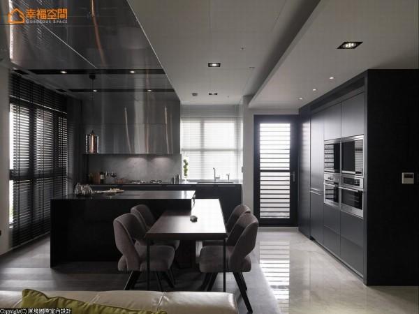 将热炒与水槽沿墙规划,中岛作为备料轻食的料理区,电器与冰箱则与玄关的衣帽间整合入立面当中。
