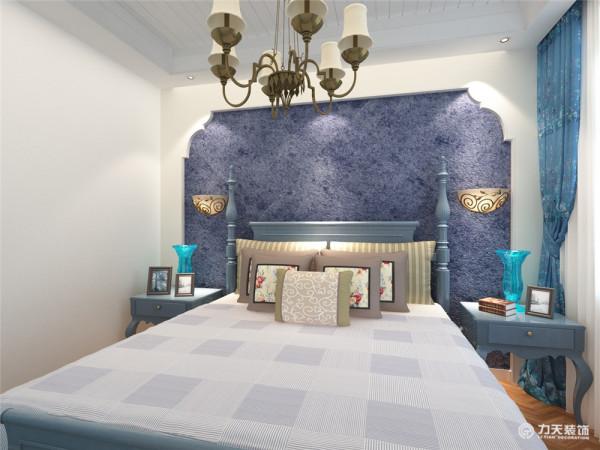 主卧室床头背景墙拱形的造型墙面赋予深蓝色的壁纸,周围贴上不同的蓝色条纹壁纸,更加凸显地中海的特点,浅蓝色的床,床头柜和地中海风情的壁灯给人一种地中海迷情的视觉享受。
