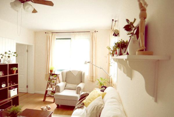 窗户旁专门放置了盆栽架,客厅墙面上的搁架一排也全是小清新绿植,电视柜和茶几上,无一不出现它们的身影,整个空间顿添生机