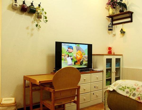 客厅的另一边,两个斗柜优点是很薄,不占地方,抽屉多,可以分类收纳不少东西。