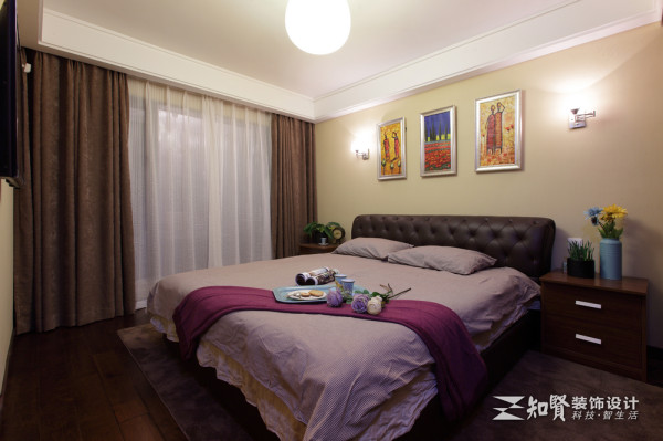 次卧有一种唯美浪漫的感觉,它有古典的气质和色调,于简单中透漏出一种时尚文雅;顶部对称四方的造型也很符合卧室家装的美学标准。