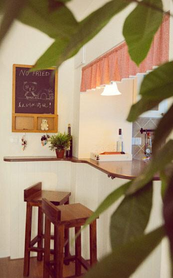 入门处挂置了一面小黑板作备忘录或留言板,日式居酒屋风格的吧台